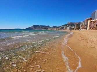 Playa Arenal - Bol - Playa Arenal - Bol - Aguas cristalinas en primera línea de playa. Al fondo Sierra de Toix y a la izquierda la Sierra Gelada.