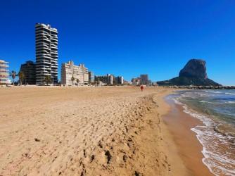 Playa Arenal - Bol - Playa Arenal - Bol - Zona amplia de arena con el Peñón de Ifach al fondo.