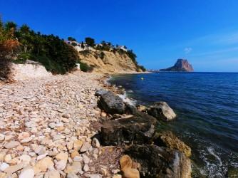 Playa Portet Blanc - Playa Portet Blanc - Zona final de la playa de bolos y cantos rodados.