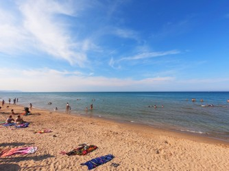 Playa de les Deveses - Playa de les Deveses - Detalle de la playa, con mar tranquilo y aguas cristalinas.