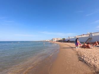 Playa de les Deveses - Playa de les Deveses - Zona más estrecha de la playa por las viviendas que llegan a primera línea.