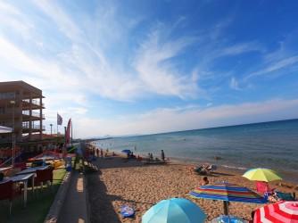 Playa de les Deveses - Playa de les Deveses - Zona de la playa en su parte más al sur. Con terraza de bar junto a la playa.