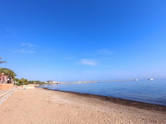 Playa Marineta Casiana - Playa Marineta Casiana - Zona sur de la playa, con vistas espigón del Club Náutico al fondo.