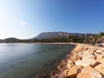 Playa Marineta Casiana - Playa Marineta Casiana - Espigón del Club Náutico con el la sierra del Montgó al fondo.