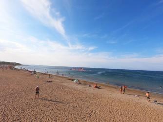 Playa de la Punta del Raset - Playa de la Punta del Raset - Panorámica, con castillo hinchable dentro del mar.