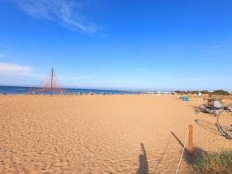 Playa de la Punta del Raset - Playa de la Punta del Raset - Desde la parte posterior, se observa la gran zona de arena de la que dispone esta playa.