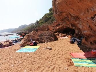 Cala Les Arenetes - Cala Les Arenetes - Zona arenosa con pequeñas cuevas donde protegerse del sol.