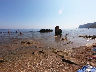 Cala Les Arenetes - Cala Les Arenetes - Entrada al mar con una plataforma de roca de entre 20 y 30 metros que hay que cruzar para poder sumergirse en el agua.
