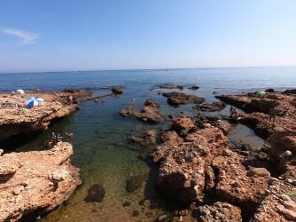 Cala Les Arenetes - Cala Les Arenetes - Zona rocosa con entrantes de agua, ideal para hacer snorkel.