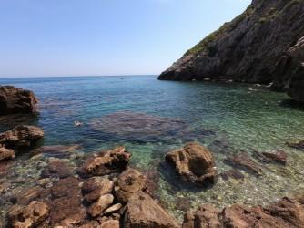 La Cala en les Rotes - La Cala en les Rotes - Detalle de la entrada al mar desde la cala. Aguas cristalinas y zona rocosa.