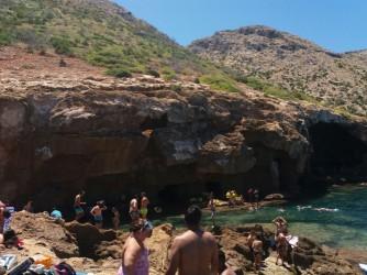 La Grotte Tallada - La Grotte Tallada - Entrée de la grotte avec des gens qui profitent d'une journée parfaite de vacances et de mer.
