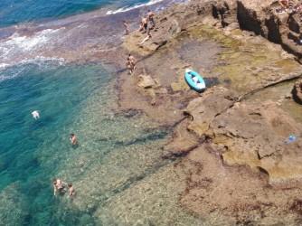 La Grotte Tallada - La Grotte Tallada - Kayak garé sur la plate-forme rocheuse. Des gens qui aiment la mer et la plongée en apnée.