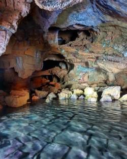 La Grotte Tallada - La Grotte Tallada - L'intérieur de la grotte, où l'on peut voir des colonnes et différentes galeries à différentes hauteurs. Photo par Irene insta : @missdestinos