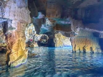 La Grotte Tallada - La Grotte Tallada - L'intérieur de la grotte, où l'on peut voir des colonnes et différentes entrées. Photo par Irene insta : @missdestinos